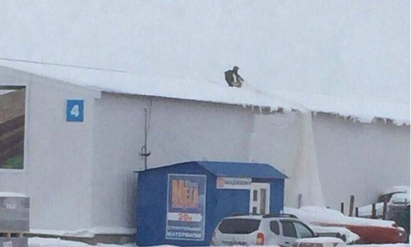 Парашютистка приземлилась на крышу нашего склада и была спасена